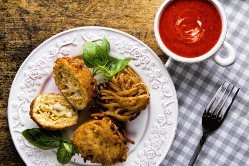 Smażone kuleczki z makaronu spaghetti z mozzarellą i sosem p
